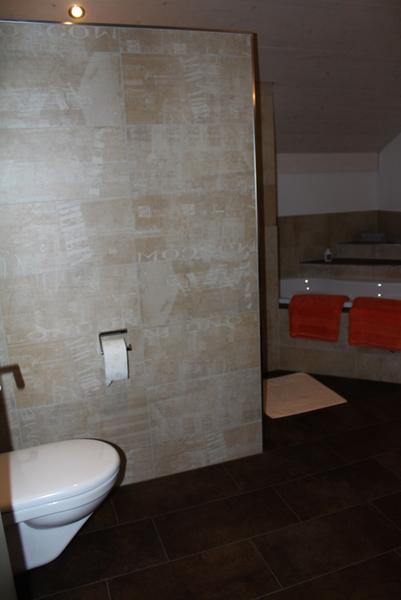 badezimmer mit graffiti dekor platten und exklusiver badewanne. Black Bedroom Furniture Sets. Home Design Ideas