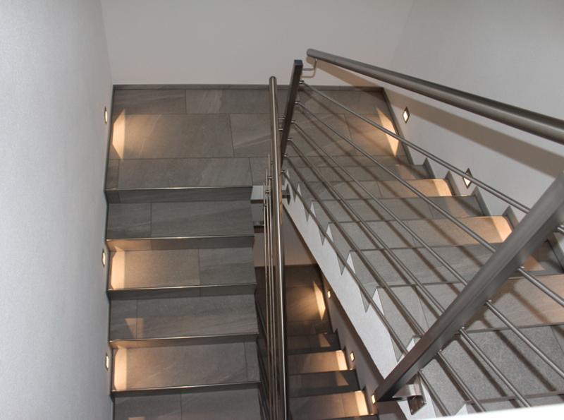 treppenhaus mit grossformatigen feinsteinzeug fliesen. Black Bedroom Furniture Sets. Home Design Ideas