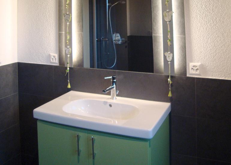 Badezimmer in weiss gr n und anthrazit for Badezimmer 94 spiel