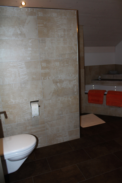 badezimmer platten, badezimmer mit graffiti-dekor-platten und exklusiver badewanne, Badezimmer