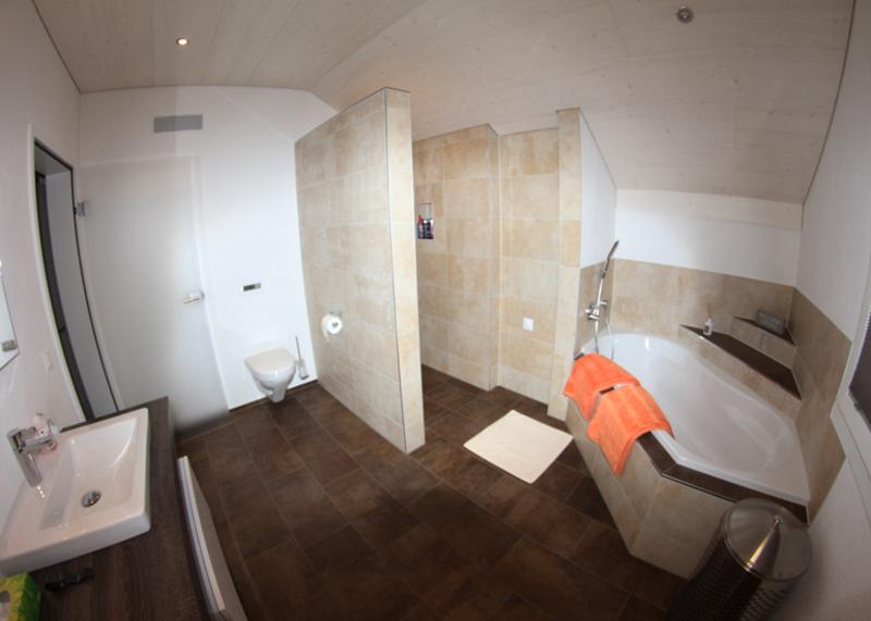 Badezimmer mit graffiti dekor platten und exklusiver badewanne for Dekor fur badezimmer fliesen