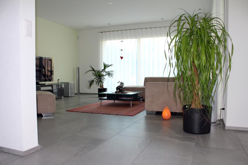 Wohnzimmer mit grossen fliesen aus feinsteinzeug for Plattenboden in holzoptik