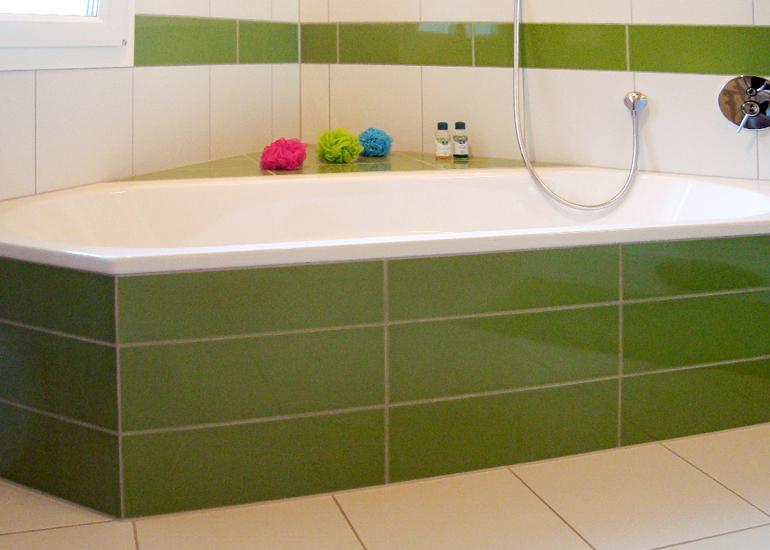 Badezimmer in Weiss-Grün und Anthrazit