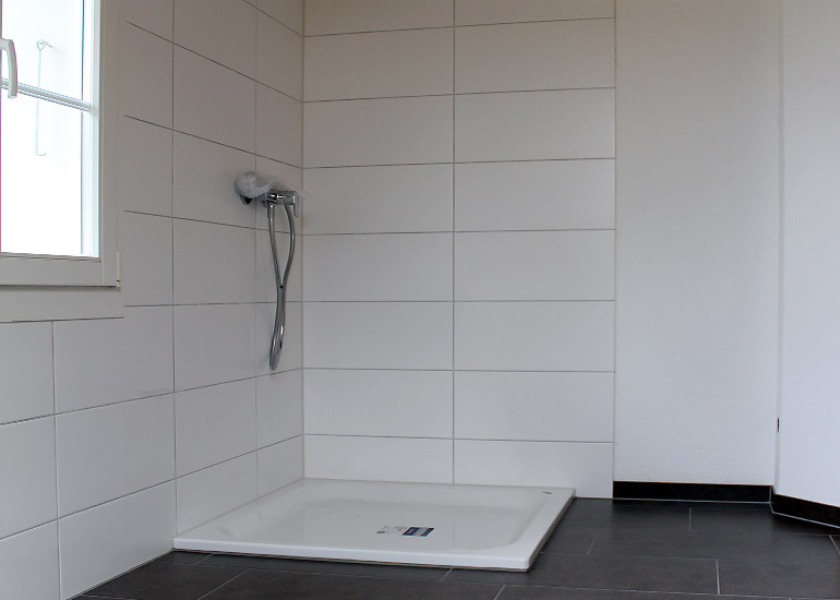 Badezimmer mit hellem und dunklem plattenbelag for Badezimmer platten