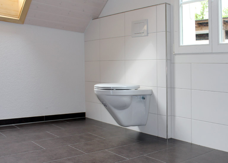 badezimmer platten, badezimmer mit hellem und dunklem plattenbelag, Badezimmer